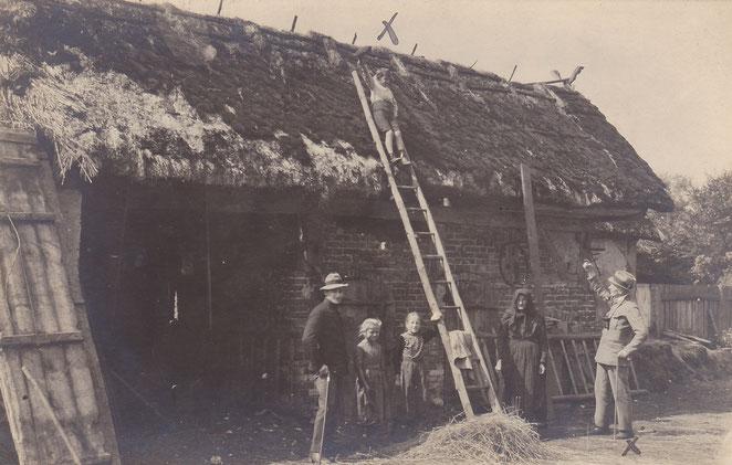 Caminchen, Juli 1919. Sehr schön am Scheunenbau ist das schilfgedeckte Dach mit Windlatten zu erkennen. Ein sehr interessanter Kombinationsbau Backstein-Holz-Variante, ca. Anfang des 19. Jahrhunderts. (Sammlung Urspruch& Raband)