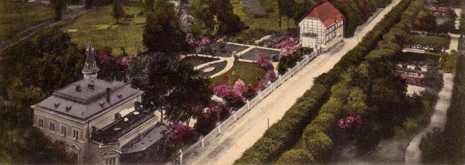 Blick vom Kirchturm auf die Villa mit Garten um 1910.