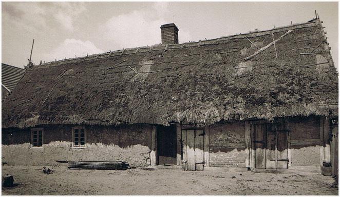 Beispiel eines Strohdaches (Weichdach) im Kuckatz, 1930er Jahre.
