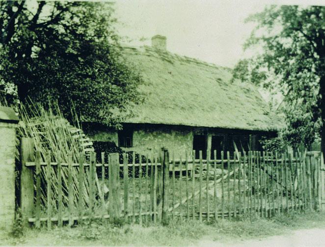 Straupitz, Anfang 1930er Jahre. Grundstück No.107 im Friedhofsweg. Variante Wohnhaus/Stall in Balkenbauweise, verlehmt mit Weichdach. Ca. Mitte 18.Jahrhundert. (Nachlass M. Kieper)
