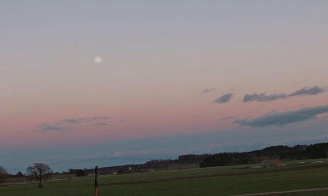 Spaziergang am Abend Sonnenuntergang im Allgäu