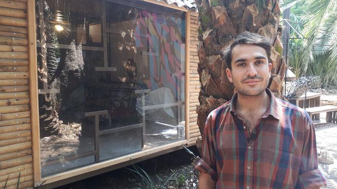 Alejandro Challet, commissaire de la CASA VIVA - Live art Mexico devant la résidence du Huerto Roma Verde à Mexico
