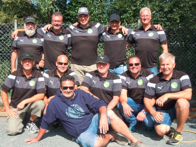 """h.v.l.: Klaus, Uwe, Soeren, Jürgen, Tino  v.v.l.:Frank, René, Malte, Jens, Dirk  liegend: """"spirital mentor"""" Arnd"""