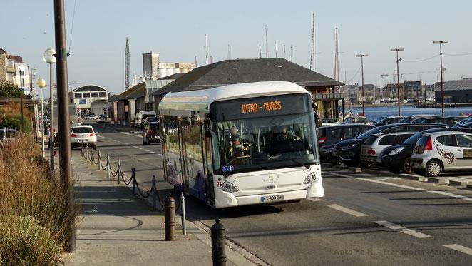 """HeuliezBus GX327 du réseau KSMA de Saint-Malo en service sur les lignes structurantes 1, 2 et 3 ; arrivant à son terminus """"Intra-Muros"""". Ce dernier arbore une girouette affichant seulement l'information """"Intra-Muros"""", sans indice de ligne."""