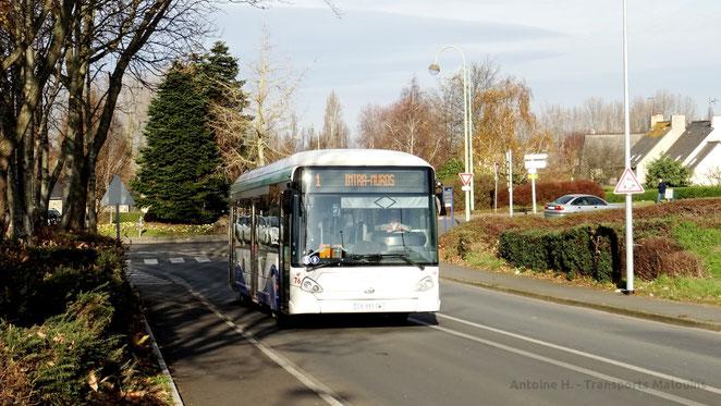HeuliezBus GX327 du réseau KSMA de Saint-Malo Agglomération engagé sur la ligne 2 en direction de la Madeleine, vu peu après l'avant-dernier arrêt, Launay Breton.