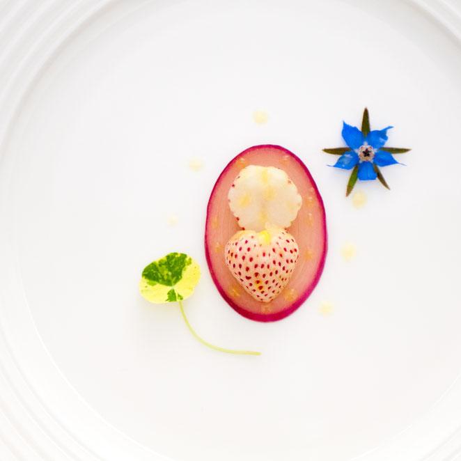 赤タマネギのピクルスと白イチゴのサラダ。