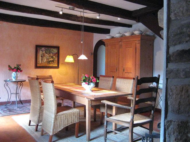 Kleiner Salon mit Esstisch und Bauernschrank für die große Tafel.