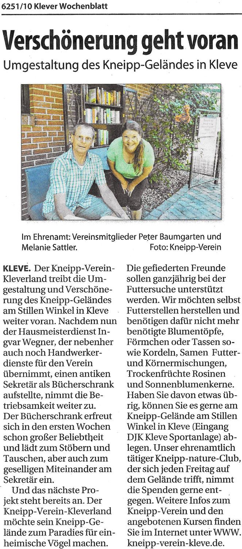 2 Personen die vor einem Bücherschrank Sekretär im Kneipp-Verein Gelände in Kleve.