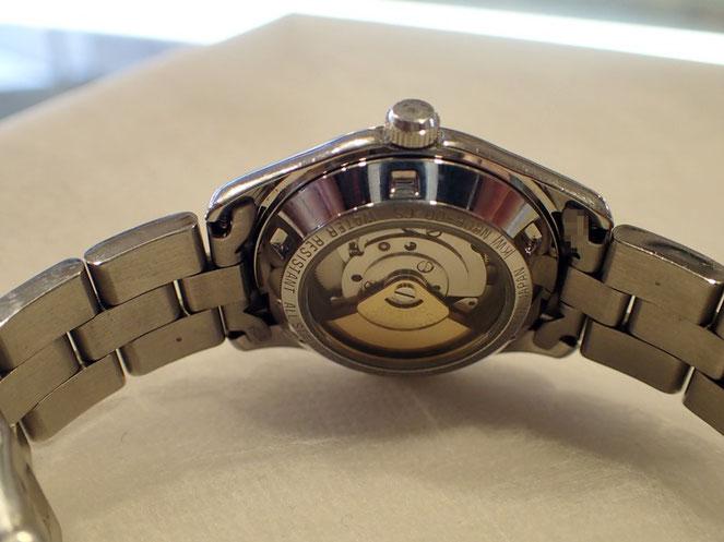 修理完了したオリエント時計の裏側。シースルーで中の動きがよく見えます