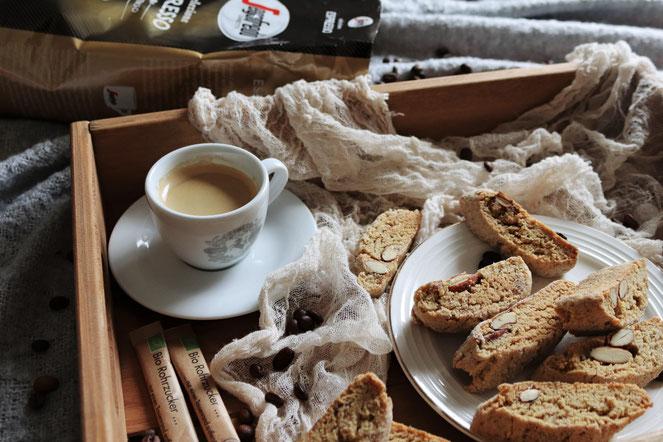 Espresso von Segafredo mit Cantuccini auf einem Tablett