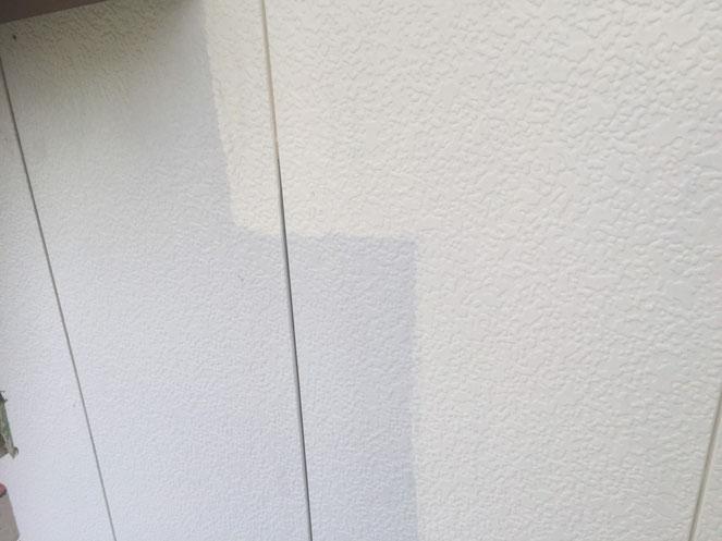 南濃町、海津町、平田町、養老町、輪之内町、羽島市、祖父江町、八開村、立田村、長島町、多度町、北勢町で外壁防水塗装工事作業中の養老町の外壁塗装専門店。南濃町吉田で外壁塗装/外壁防水塗装工事の中塗り作業中