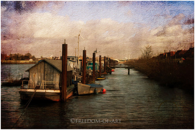 Hausboote auf der Elbe in Hamburg. Empfohlenes Format mit großer Wirkung: 60x90cm.