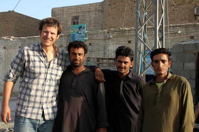 Neugierige und freundliche Pakistanis, die sich freuen Ausländer in ihrem Land begrüßen zu dürfen.
