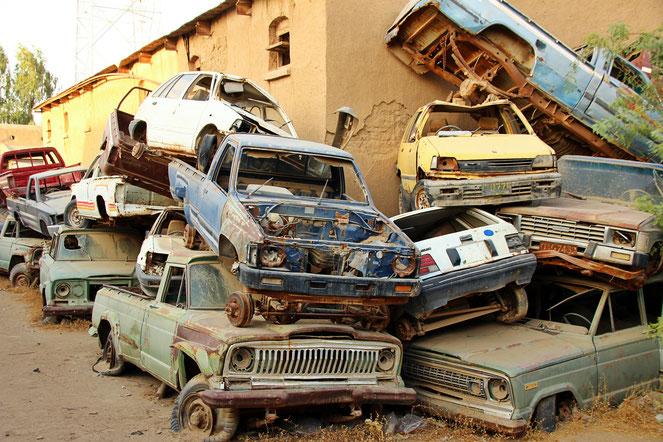 Unfallwagen und beschlagnahmte Autos stapeln sich in den Innenhöfen der Polizeistationen, wie hier in der Wüstenstadt Dalbandin.