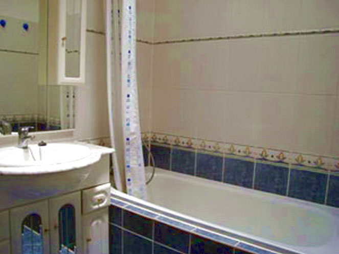 Bad mit Badewanne und WC im ferienhaus Siggy