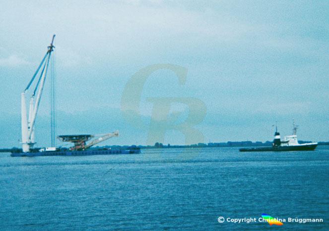 Kranbarge TOG MOR mit Schlepper CARIBIC auf der Elbe 1983