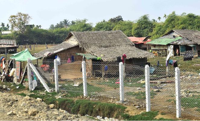 シットウェ郊外の寒村。海から激しい風が吹きつけるうら寂しい村だった