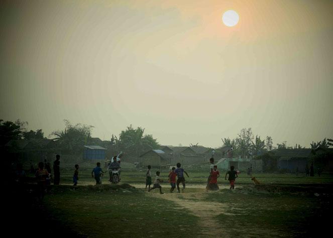 キャンプ内で子どもたちと一緒にサッカーをした。ボールはかなりボロくて空気も抜けていた。蹴ってもフニャリとする。それでも子どもは真剣にボールを追いかける。