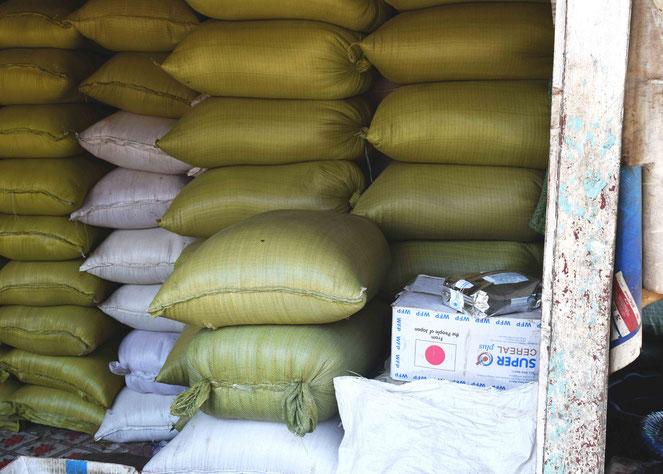 NGO関係者によると、WFPなどが支給した物資が転売されて街中に流出しているという
