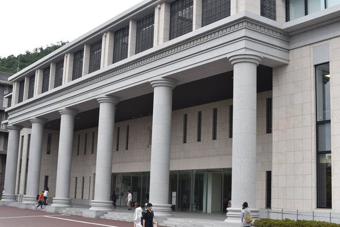 学期末が近づき、図書館の利用者も増える(写真は衣笠キャンパス・平井嘉一郎記念図書館)
