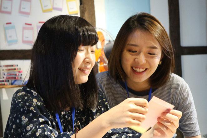 大学生が中高生をサポートする。広い視野を持った大学生との交流も、中高生にとっては貴重な体験となる(同団体提供)