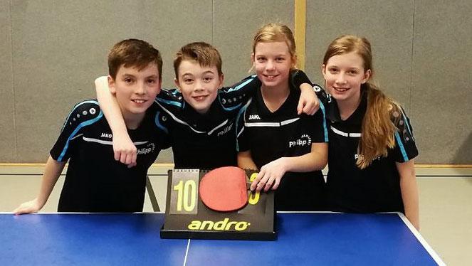 Spitzenmäßig: Philipp Freund, Marcel Karst, Isabel und Vanessa Klaus feierten mit den B-Schülern im Top-Spiel gegen den TTV Hervest Dorsten einen starken 10:0-Sieg.