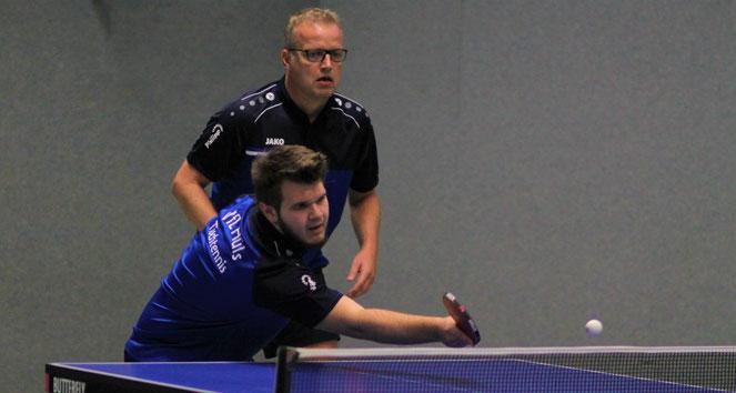 In Einzel lief es für beide deutlich besser: Jungspund Lars Klischewski (vorne) und Routinier Andreas Wolf im Doppel drei.