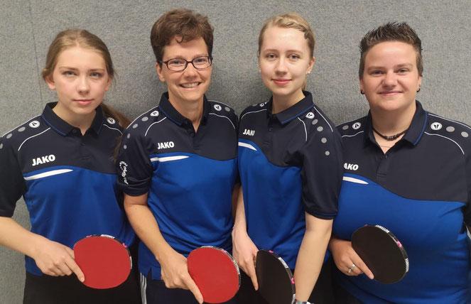 Feierten den ersten Saisonsieg in der Bezirksliga: DIe Hülser Damen mit (v.l.) Sandra Osuch, Daniela Kos, Sarah-Jane Aubry und Selina Osuch.