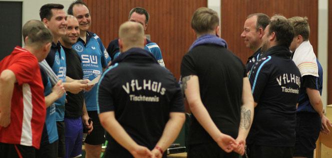 Gelöste Stimmung nach dem Derby: Sowohl der TSV II (l.), als auch der VfL können mit der abgeschlossenen Saison zufrieden sein.