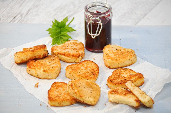 Käse Grieß Taler in Herzform mit Preiselbeeren