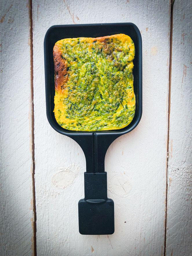 Outdoor Raclette, Frühlingspfännchen mit Bärlauch Omlette