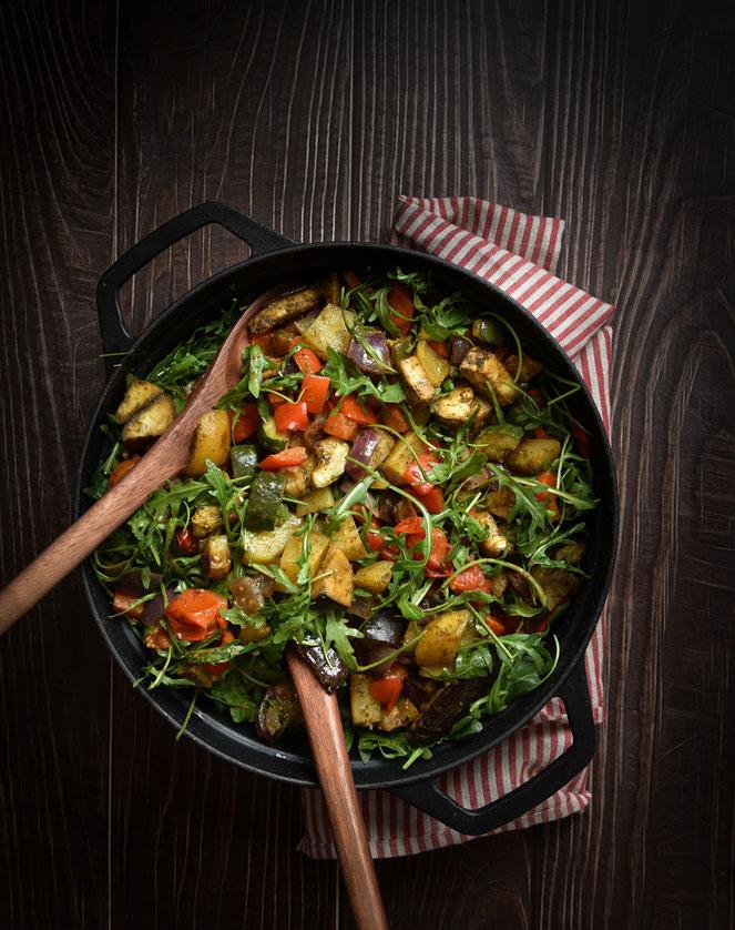 Ofengemüse-Salat mit Paprika, Tomaten, Auberginen, Zucchini, Kartoffeln und Rucola, vegan, vegetarisch, Thermomix