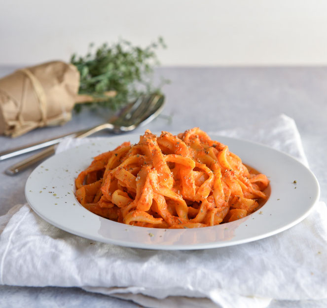 selbst gemachte Pasta aus Hartweizengrieß mit dem Pastamaker