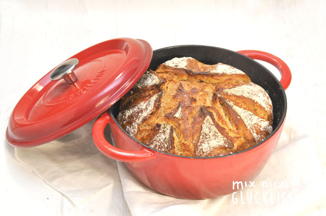 Goldkruste Weizenbrot mit Sauerteigpulver und Roggenmehl Teig aus dem Thermomix gebacken im gusseisernen Topf zB Cocotte