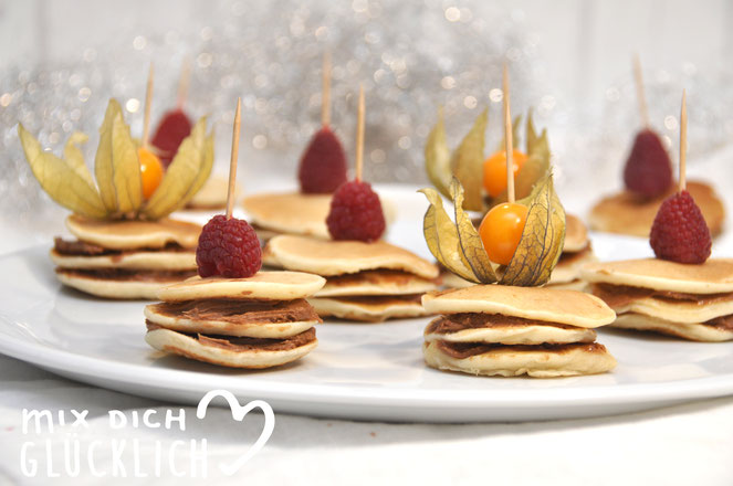 Mini Pfannkuchen Türmchen mit Nougat Spekulatiuscreme für das Buffet vegan möglich