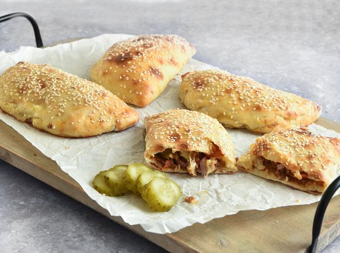 Mini Calzone Cheeseburger Style, perfekt für Kindergeburtstage, Buffet, Schwimmbad oder Picknick, Kinder lieben sie, vegetarisch, vegan möglich