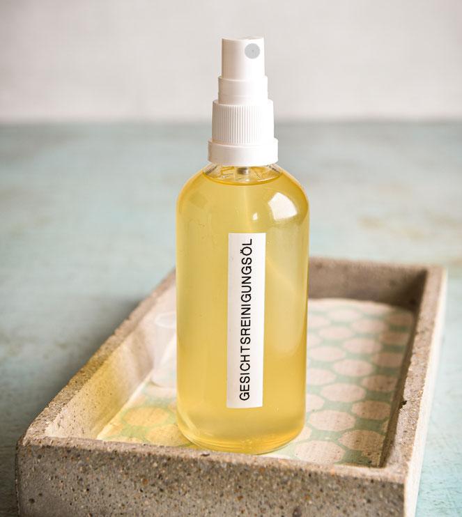 Gesichtsreinigungsöl mit leichtem Schaumeffekt, wandelt sich bei Kontakt mit Wasser in milchig-schäumiges Öl zum Reinigen/Waschen des Gesichts, entfernt Make Up, Thermomix