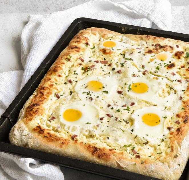 Pizza Carbonara mit Schmand-Creme statt Tomatensoße, Eiern und vegetarischen Schinkenwürfeln, Lieblingspizzateig aus dem Thermomix