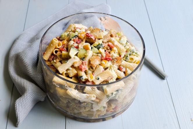 Nudelsalat Gyros Style Partysalat vegetarisch oder mit echtem Fleisch mit einer Art Tzatziki Dressing, sehr lecker
