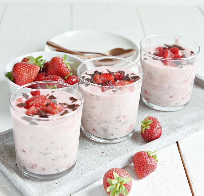 Schnelle Herrencreme mit Erdbeeren und Schokoraspel und Likör 43, Thermomix