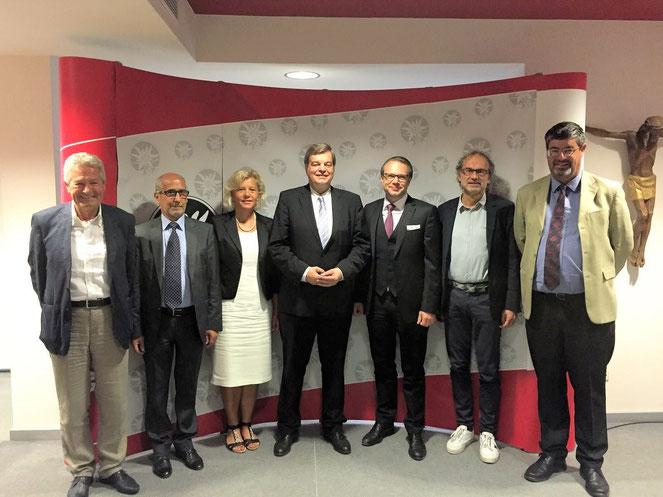 PSts Enak Ferlemann, stellvertr. Parteiobmann Angelika Wiedmer (3.v.li.) und der Sprecher der SVP-Bezirksobleute Christoph Perathoner (3.v.re.) mit weiteren Gesprächsteilnehmern der SVP