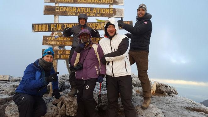 Geschafft, auf dem Uhuru Peak 5895 m.ü.M - der höchste Berg Afrikas