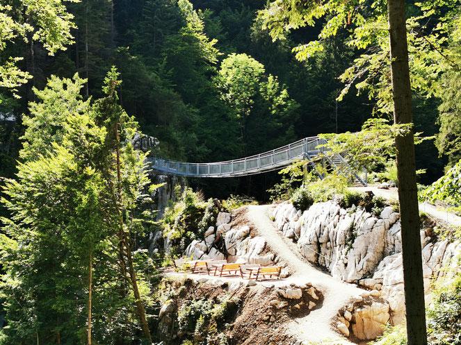 Die Brotzeitbankerl unter der neuen Hängebrücke am Schmugglerweg