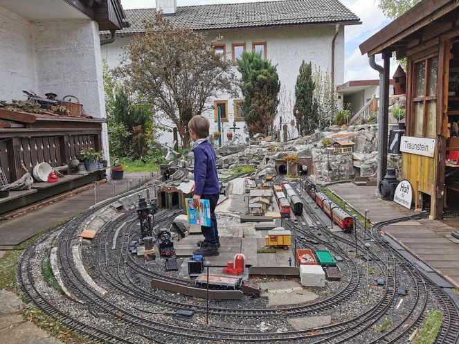 Das Kinderparadies bei Oma und Opa: Leo und die Gartenbahn