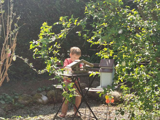 Braves Kind beim Home-Schooling im Garten