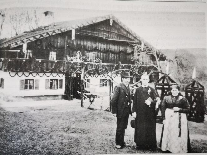 Pater Bernhard vor seinem Elternhaus in Greinach. Quelle: Wonneberger Heimatbuch.