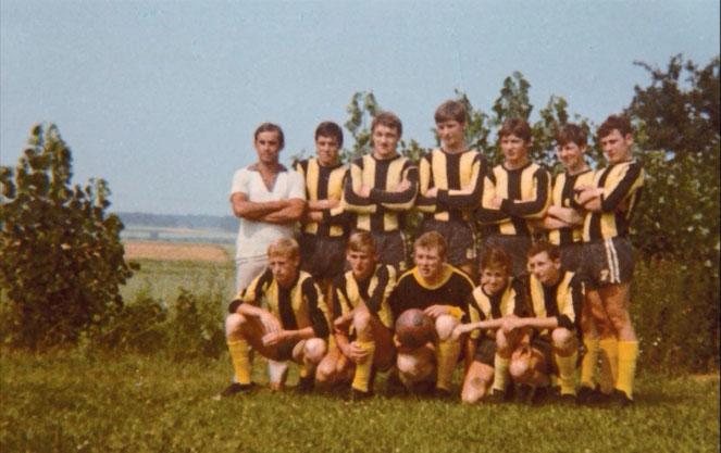 Die Jugendmannschaft des SV Kirchanschöring mit Bernhard Dürnberger