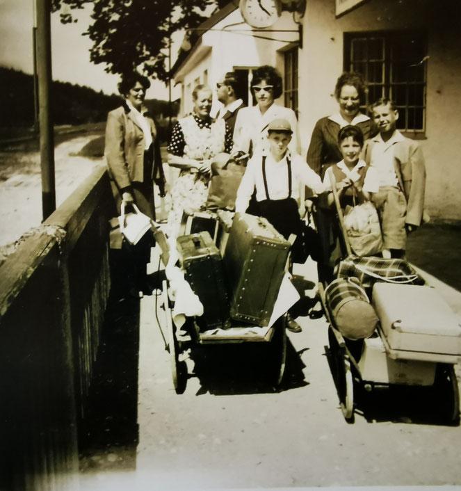 Sommerfrischler am Bahnhof von Kirchanschöring. Archiv Heimatverein