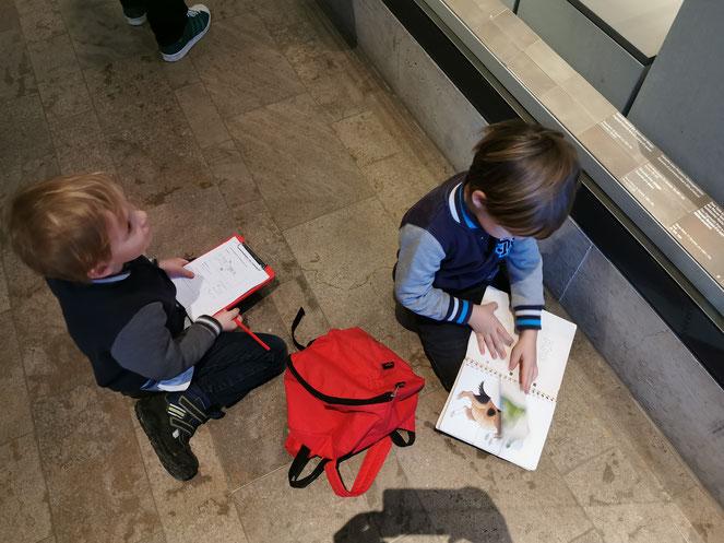 In dem roten Archäologen-Rucksack befinden sich spannende Aufgaben für die Kinder