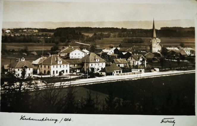 Kirchanschöring mit Bahnhof und Bahnhofsrestauration. Archiv Heimatverein Kirchanschöring